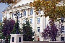 Фасад драматичного театру ім. Луначарського з боку готелю