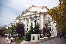 Сквер біля севастопольського драматичного театру