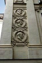 Барельєфи видатних театральних діячів на фасаді севастопольського театру ім. Луначарського